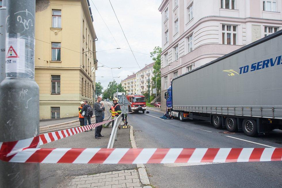 Policie vyšetřuje nehodu nákladního automobilu a chodce, která se stala 11. září před desátou hodinou dopoledne v Jablonci nad Nisou na křižovatce ulic Budovatelů a Poštovní.