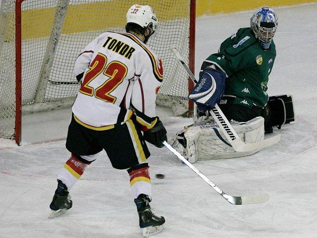Jablonečtí Vlci porazili na domácím ledě Draky z Bíliny (v zeleném) 5:3. Hattrick vstřelil Michal Nevyhoštěný.