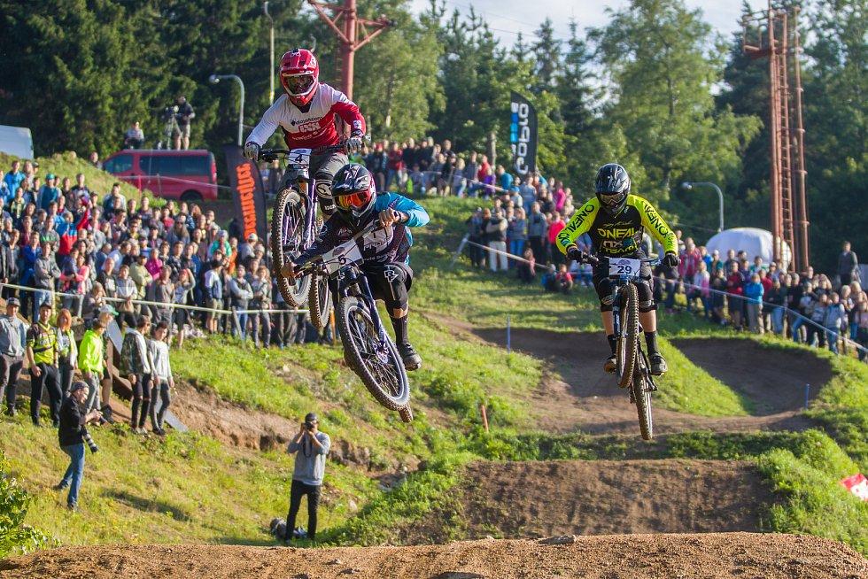 Finále závodu světové série horských kol ve fourcrossu, JBC 4X Revelations, proběhlo 15. července v bikeparku v Jablonci nad Nisou. Na snímku zleva Adrien Loron, Stefano Dolfin a Charles Currie.