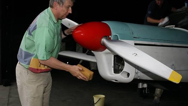 PILOTUJE SÁM. Podnikatel Libor Liška z Jablonce si na pracovních cestách řídí letouny sám, stejně tak se postará o běžnou údržbu.