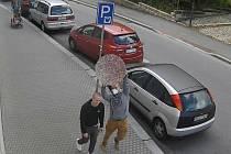 Dva muži, které policie hledá kvůli objasnění případu z jabloneckého Centralu.