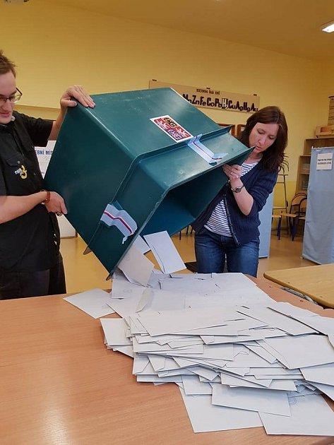 Sčítání hlasů vjablonecké volební komisi.