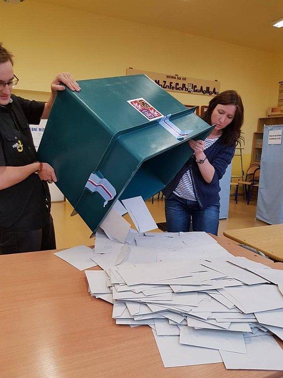 Sčítání hlasů v jablonecké volební komisi.