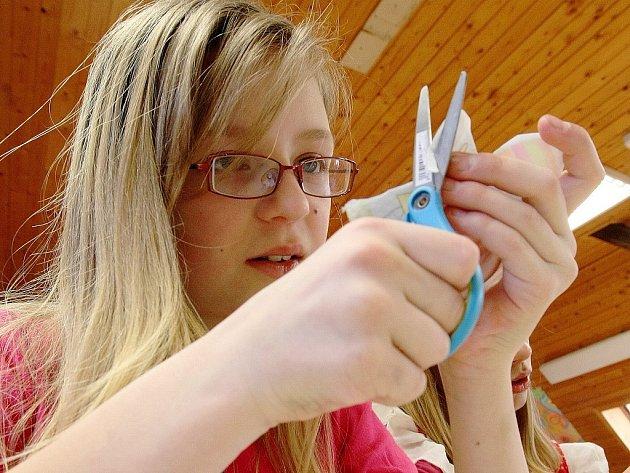 Ve smržovském výtvarném centru Sněženka vyráběly děti Velikonoční vajíčka. Alena Šejblová, pracovnice centra připravila dětem polystyrenová vejce, které děti svojí fantazií dotvářely.