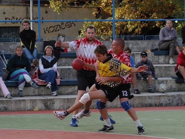 Tomáš Žák se prodírá obranou soupeře.