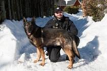 Psovod Michael Linke se svým psem Grimmem.
