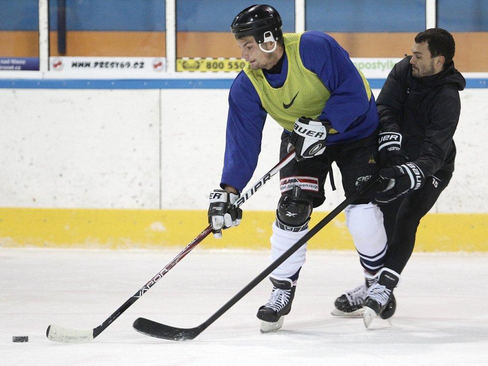 Fotbalisté Baumitu si zahráli hokej. Na snímku Vít Beneš a Luboš Loučka.
