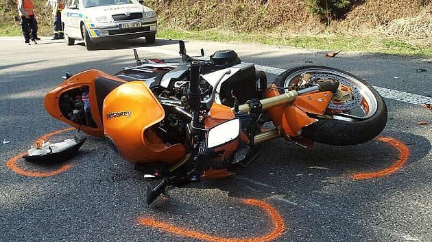 V zatáčkách mezi Železným Brodem a Loužnicí. Pětadvacetiletý motocyklista v pravotočivé zatáčce nepřizpůsobil rychlost silnici a vyjel do protisměru. Čelně narazil do protijedoucího automobilu.