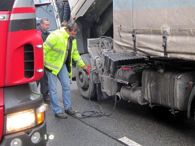 Polský kamion zůstal stát uprostřed silnice na hlavním tahu k hraničnímu přechod. Způsobil v pátek kolaps na silnici.