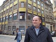 Miroslav Pelta vlastní v Jablonci nad Nisou několik nemovitostí. Jednou z nich, zatím poslední kterou koupil, je bývalá Jizera na Mírovém náměstí. Z ruiny chce udělat znovu výstavní objekt, tak jak vypadal dříve.