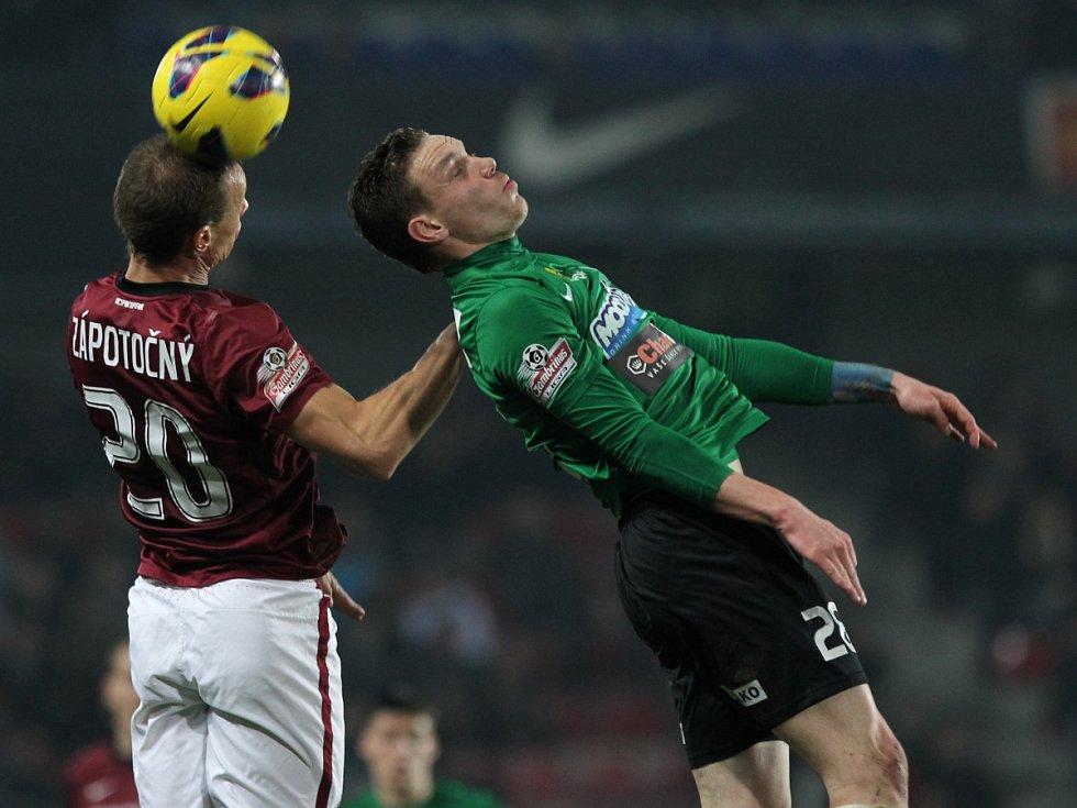 Jablonec hrál na Spartě 2:2. Na snímku Tomáš Zápotočný ze Sparty a Ondřej Vaněk z Jablonce.