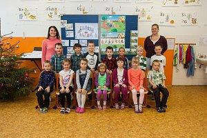 Prvňáci ze Základní školy Lučany nad Nisou se fotili do projektu Naši prvňáci. Na snímku je s nimi třídní učitelka Jana Daničková (vlevo) a asistentka Petra Blažková.