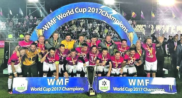 Sedm hráčů z vítězného týmu, který vybojoval titul mistrů světa, ukáže, jak se hraje malý fotbal.