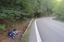 V železnobrodských zatáčkách havaroval motocyklista, který předjížděl v jedné z nich.