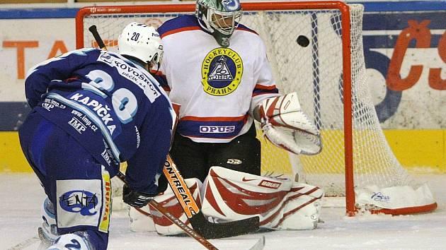 Jablonečtí Vlci ve středu večer porazili na domácím ledě tým pražské Kobry v poměru 6:2. Na snímku je zachycen druhý gól do sítě Kobry, který střílí domácí Michal Kapička.