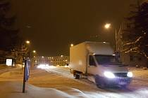 I na Jablonecko se od odpoledne sype sníh. Silničáři nestíhají uklízet, hlavní tahy jsou v pořádku sjízdné s opatrností, vedlejší silnice mají vysoké vrstvy sněhu.
