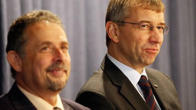 Jaromír Drábek )vpravo) v doprovodu poslance Václava Horáčka
