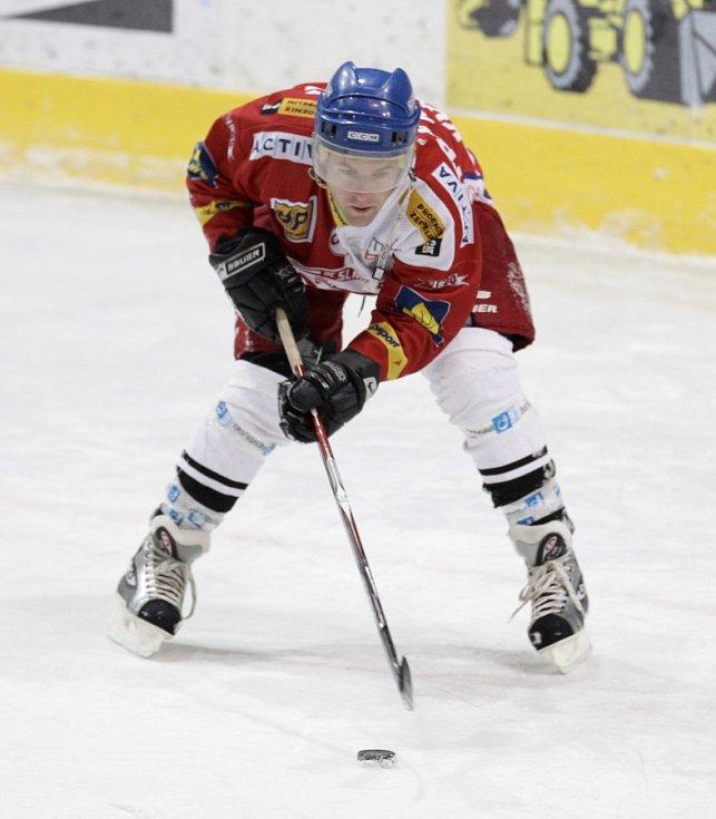 Fotbalisté Baumitu si zahráli hokej. Na snímku Karel Piták.