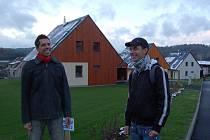 Den otevřených dveří Pasivních domů v Koberovech si nenechal ujít ani Michal Rybář a Jiří Málek z Prahy.  Třináct domů je situováno tak, aby výhled nejméně na sto metrů na jižní stranu měl každý obyvatel.
