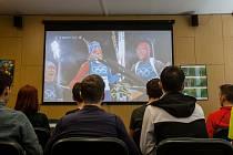 Studenti Gymnázia Dr. Antona Randy v Jablonci nad Nisou mohou každý den o volných hodinách navštívit Olympijské studio na Randovce, kde probíhá promítání zimní olympiády z Pchjongčchangu.