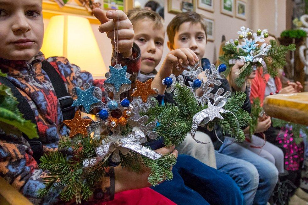 Děti si vyráběli vánoční ozdoby v květinářství Gracia v Jablonci nad Nisou.