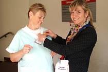 Jednou z dobrovolnic jabloneckého Českého červeného kříže, které prodávají letos žluté kytičky v celonárodní sbírce, je i Lucie Fürstová.