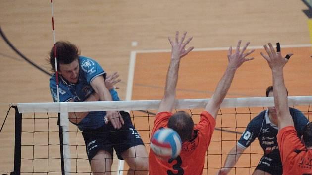 Smečující hráč Jablonce Martin Nečas přes blok hráčů Budějovic Jana Plavce a Miloslava Hřavy.