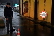Hraniční přechod v Hřensku. Tudy měli obžalovaní převézt v letech 1999 až 2002 celkem sto padesát devět ojetých nebo havarovaných vozů s falešnými fakturami na nižší částky.