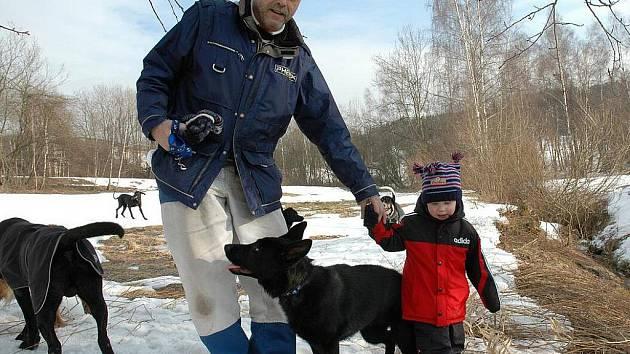 Nedělní sraz pejskařů na Dolině byl tematický, zaměřený na vzorné pejskaře, kteří mají svého pejska nekonfliktního, označeného psí známkou a vzorně sbírající po svém pejskovi hovínka,