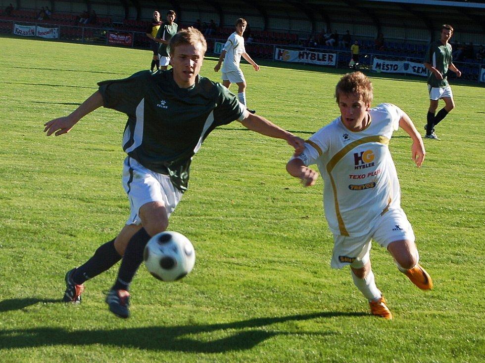 Ve 25. kole krajského fotbalového přeboru porazily domácí Semily 1:0 Železný Brod. Na snímku v bílém dresu domácí útočník Tomáš Buček.