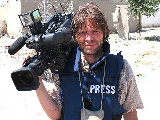 Jan Línek, jeho rodina pochází z Jablonce nad Nisou a odkud v roce 1968 emigrovala. Po působení v rádiu a v televizi v Německu přijal nabídku pracovat v Česku. Pro Českou televizi natáčí zpravodajství a dokumenty od roku 2006. Natáčel i v pásmu Gaza.