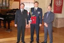 Petr Bartoň (uprostřed) už daroval 270 krát svou krev či její složky. Vyznamenání mu předal prezident ČČK Marek Jukl (vlevo) na slavnostním ceremoniál v Malostranském paláci v Praze.