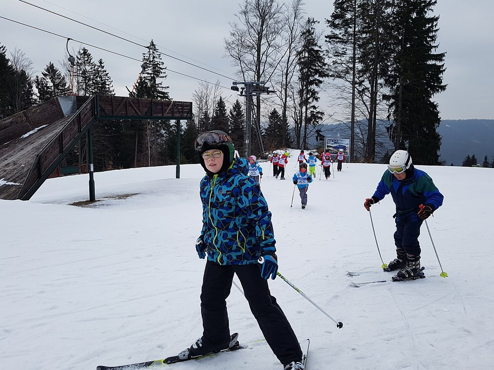 Poslední týden lyžování: v Jizerkách jsou luxusní lyžařské podmínky, zmrzlý podklad, upravený svah, minimum lidí a ceny vedlejší sezony, ze svahu přímo do turniketu. Tanvaldský Špičák! Skončí na Velikonoce.