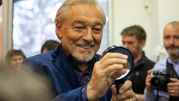 Naposledy navštívil Karel Gott Jablonec v prosinci 2018. Tehdy se uskutečnila slavnostní ražba první ze série tří pamětních medailí s tváří Karla Gotta.