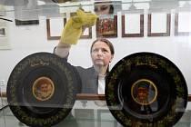 Marie Strnadová, ředitelka nového Městského muzea v Rychnově, připravuje exponáty.