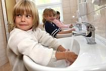 Zatím jen dívčí toalety v budově Sokolí byly po modernizaci slavnostně předány vedení Základní školy 5. května. Na snímku žákyně Anička Tomešová, Kristýna Ulrychová a Kristýna Václavů.