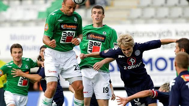 V Jablonci se hrál zápas 2. kola Gambrinus ligy mezi FK Baumit Jablonec a 1. FC Slovácko. Domácí muž zápasu Pavel Drsek právě hlavou střílí rozhodující branku utkání. Vpravo od něho spoluhráč Milan Vukovič.