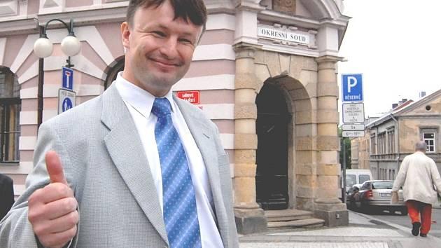 Jindřich Berounský před budovou Okresního soudu v Jablonci.