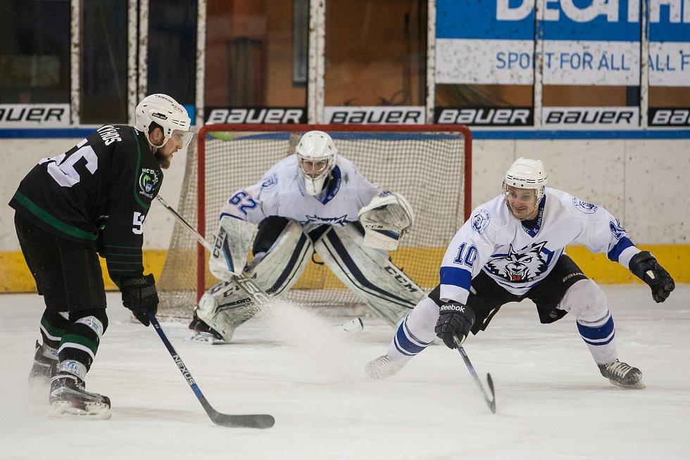 Utkání 42. kola 2. ligy ledního hokeje skupiny Západ se odehrálo 21. února na zimním stadionu v Jablonci nad Nisou. Utkaly se týmy HC Vlci Jablonec nad Nisou a HC Draci Bílina. Na snímku vpravo je Jiří Moravec.