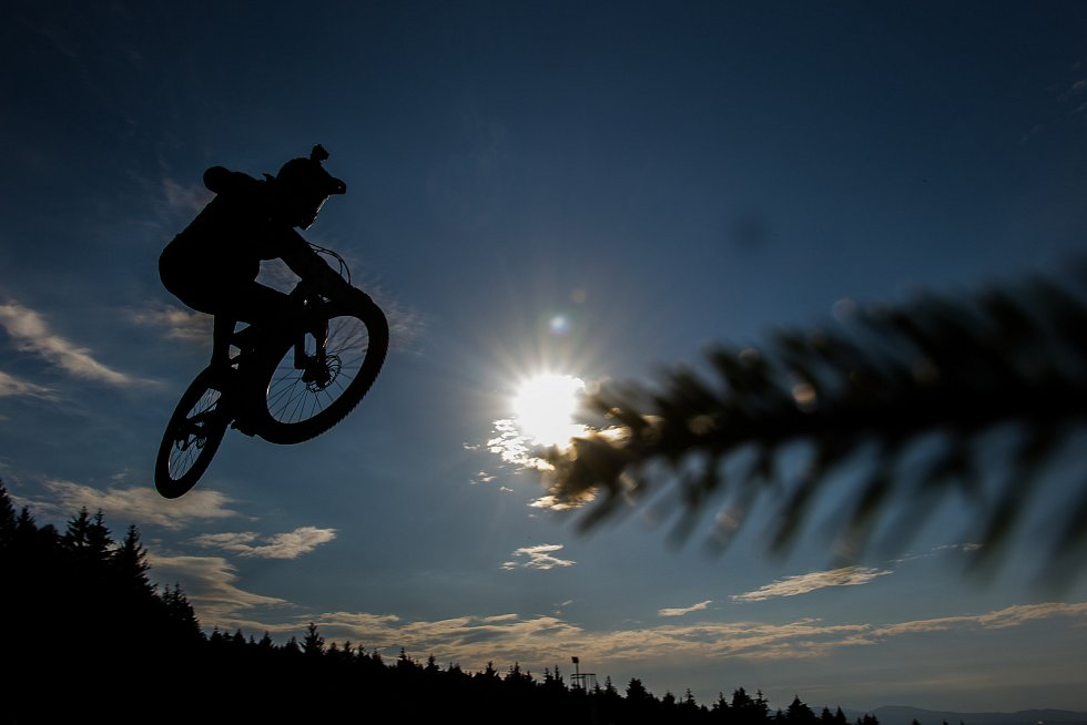 Finále závodu světové série horských kol ve fourcrossu, JBC 4X Revelations, proběhlo 15. července v bikeparku v Jablonci nad Nisou. Na snímku je Hannes Slavik.