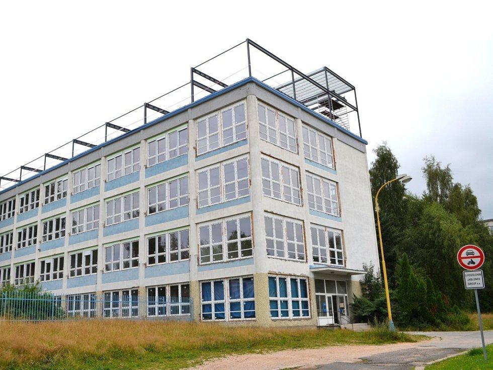 Využito! Bývalá budova Jablonexu. Koupil ji majitele Jablotronu Dalibor Dědek a přestavuje ji na domov pro seniory, prioritně pro své bývalé zaměstnance.