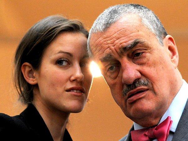 Kníže Karel Schwarzenberg. Co mu našeptává mluvčí, křehká subtilní dívka, které vJablonci říkali Bětka… Mluvčí TOP 09Alžběta Plívová.
