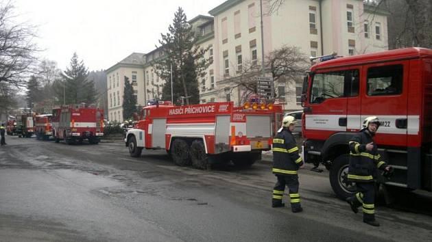 Rozsáhlé cvičení měli profesionální a dobrovolní hasiči ve čtvrtek odpoledne v tanvaldské nemocnici.