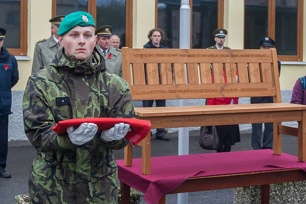 Na snímku je lavička ke Dni válečných veteránů krátce po jejím odhalení.