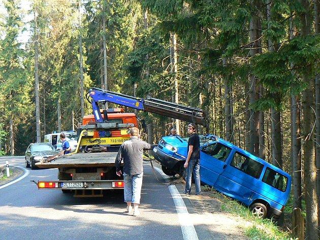 K vážné dopravní nehodě došlo v serpentinách mezi Jablonce a Dolní Černou Studnicí na 1. května dopoledne. S dodávkou vjel řidič mimo silnici, spadl ze srázu, kde zastavil o stromy.