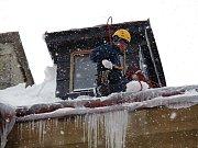 Sbor dobrovolných hasičů Lučany nad Nisou. Shazování ledu ze střech.