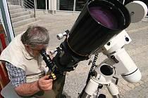 Veřejné pozorování částečného zatmění Slunce bude na jabloneckém Mírovém náměstí pomocí astronomických dalekohledů a s projekcí on-line přenosu úplného zatmění z lokalit v Rusku a Číně.