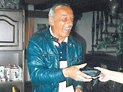 Na snímku z konce dubna roku 1996 slaví 70. narozeniny.