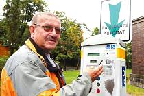 Oslovení řidiči parkující na Horním náměstí v Jablonci sice o novince možnosti platit parkovné pomocí SMS zprávy nevěděli, ale berou ji jako dobrou věc. Ivan Köhler si byl ještě rozměnit.