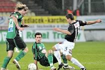 Na stadiónu U Litávky se střetli domácí 1. FK Příbram s  FK Baumit Jablonec. Na snímku v souboji o míč domácí Tomáš Borek (vlevo s č. 23 ) a Michal Klesla (uprostřed na zemi) s hostujícím Lubošem Loučkou (vpravo).